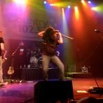 """Jerrod Niemann's guitarist plays """"Pride and Joy"""" behind his head"""